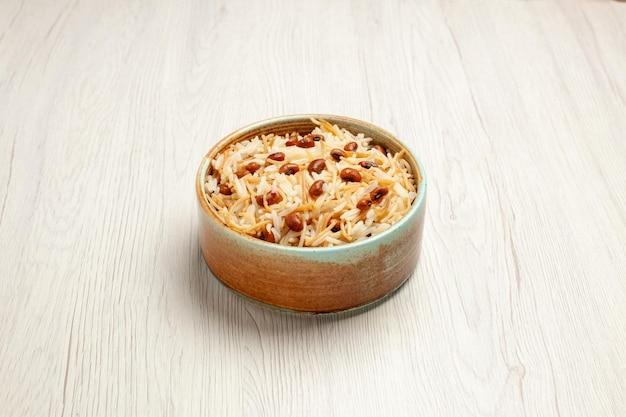 Vista frontal deliciosa aletria cozida com feijão na refeição de mesa branca cozinhando prato de massa de feijão