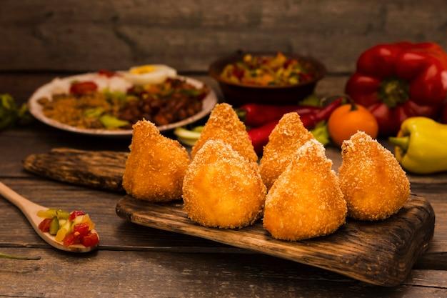 Vista frontal deliciosa composição da comida brasileira