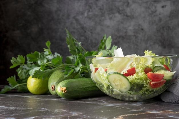 Vista frontal deliciosa salada com legumes