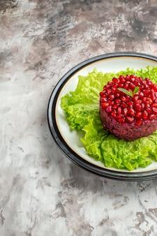 Vista frontal deliciosa salada de romã redonda em forma de salada verde em uma refeição saudável dieta de fundo