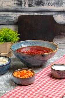 Vista frontal deliciosa sopa de beterraba com repolho fresco no espaço em branco