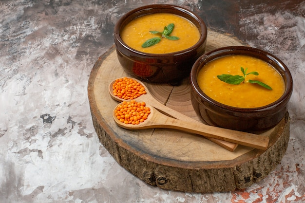 Vista frontal deliciosa sopa de lentilhas dentro de pratos