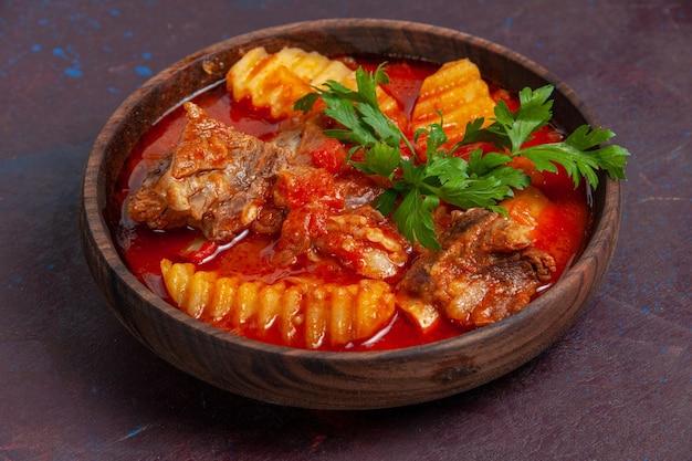 Vista frontal deliciosa sopa de molho de carne com verduras e batatas fatiadas em superfície escura molho sopa refeição comida prato de jantar