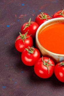 Vista frontal deliciosa sopa de tomate com tomates vermelhos frescos no espaço escuro