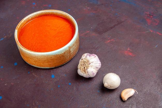Vista frontal deliciosa sopa de tomate cozida com tomates frescos no espaço escuro