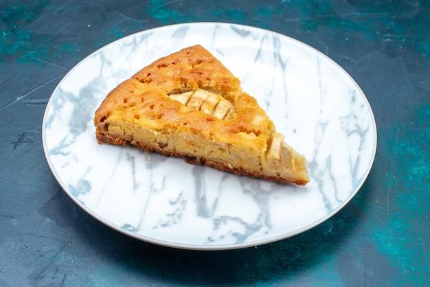 Vista frontal deliciosa torta de maçã fatiada dentro do prato no fundo escuro torta de bolo de frutas doce