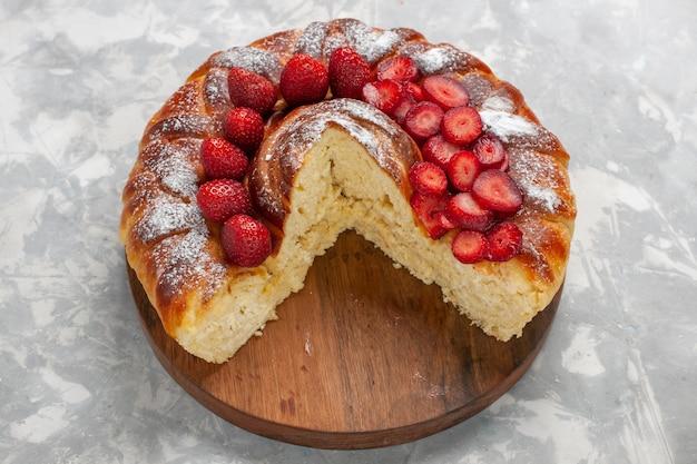 Vista frontal deliciosa torta de morango assada e sobremesa saborosa na superfície branca