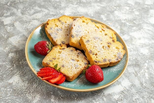 Vista frontal deliciosas fatias de bolo com frutas na superfície clara torta bolo de frutas doce