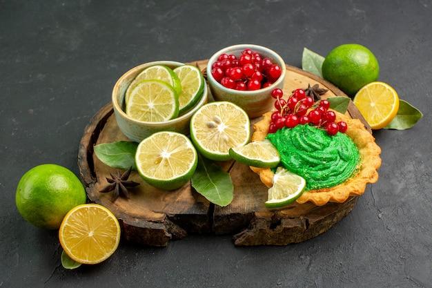 Vista frontal delicioso bolo cremoso com frutas