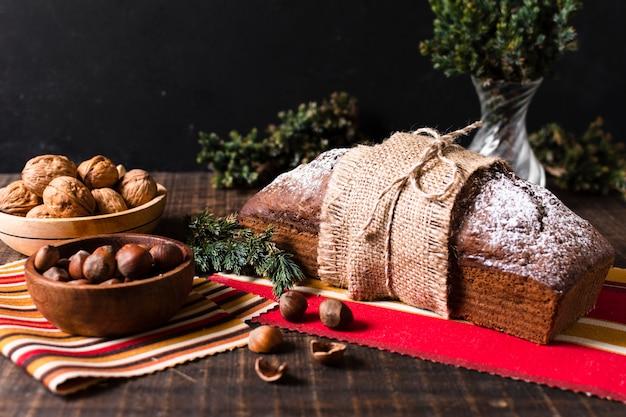 Vista frontal delicioso bolo feito para o natal