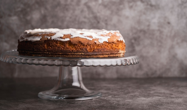 Vista frontal delicioso bolo vitrificado em cima da mesa