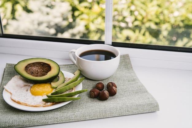 Vista frontal delicioso café da manhã com fundo desfocado