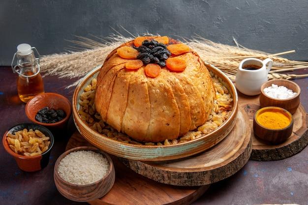 Vista frontal - delicioso shakh plov cozido refeição de arroz com passas em um fundo escuro refeição massa de comida cozinhar arroz jantar
