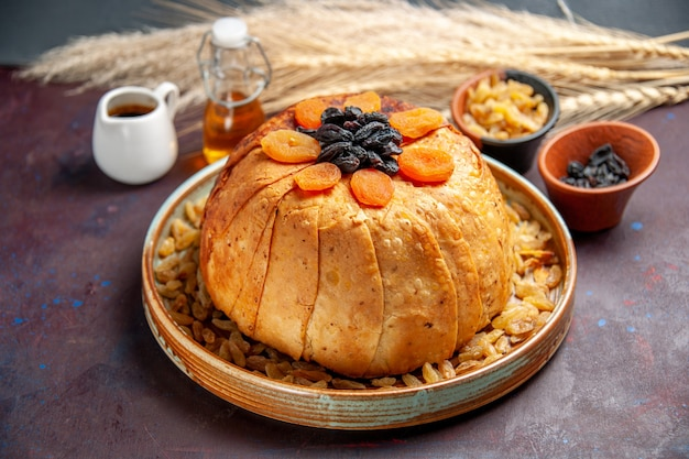 Vista frontal - delicioso shakh plov cozido refeição de arroz com passas no fundo escuro refeição massa de jantar cozinhar comida de arroz