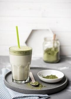 Vista frontal delicioso suco verde saudável