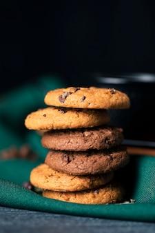 Vista frontal deliciosos biscoitos com sabor na mesa