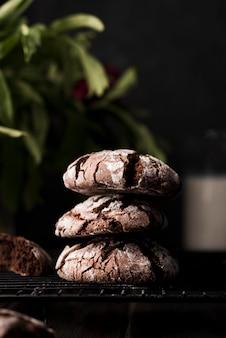 Vista frontal deliciosos biscoitos de chocolate prontos para serem servidos