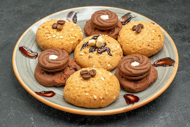 Vista frontal deliciosos biscoitos doces, doces saborosos para o chá no espaço cinza