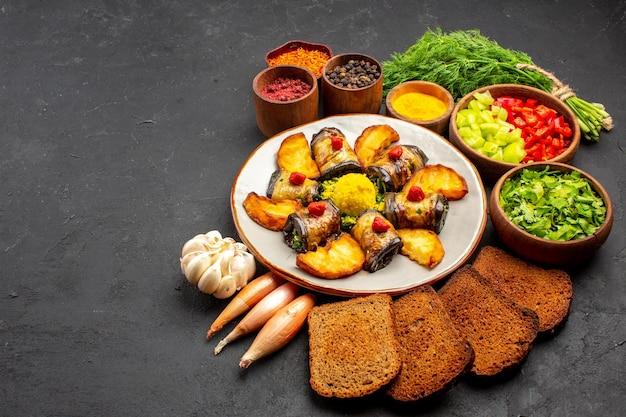 Vista frontal deliciosos rolos de berinjela cozidos prato com batatas e pães no fundo escuro cozinhando prato de comida assar batata frita
