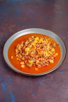 Vista frontal deliciosos vegetais cozidos fatiados com molho no fundo escuro molho de sopa refeição de vegetais alimentos