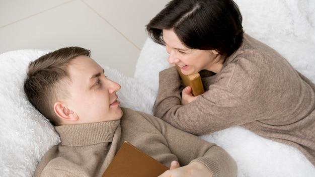 Vista frontal do adorável casal conversando