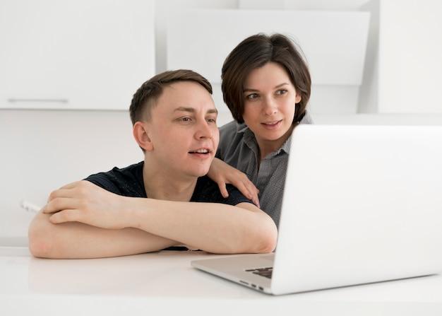 Vista frontal do adorável casal em casa