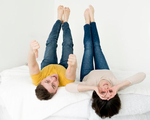 Vista frontal do adorável casal se divertindo
