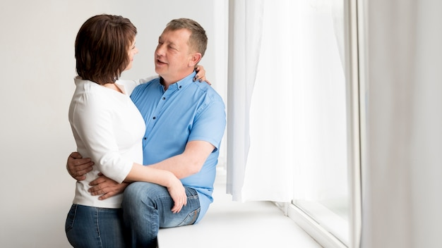 Vista frontal do adorável homem e mulher