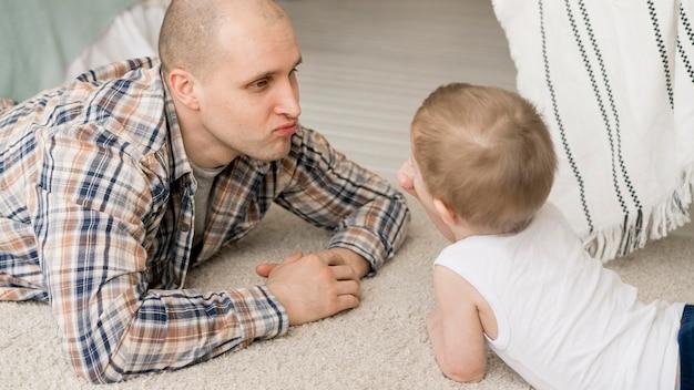 Vista frontal do adorável pai e filho