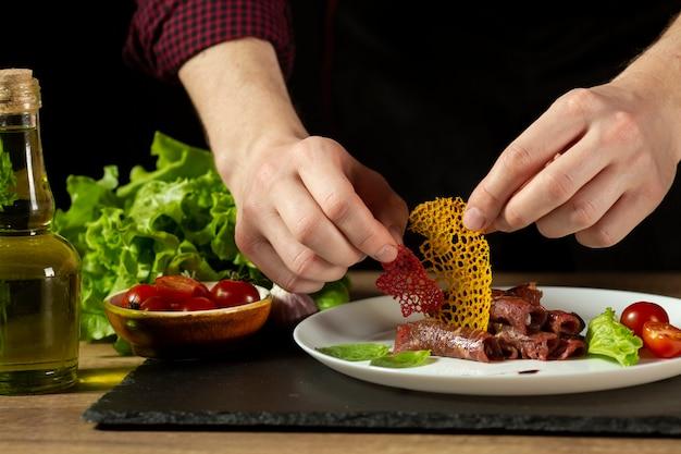 Vista frontal do arranjo de comida deliciosa