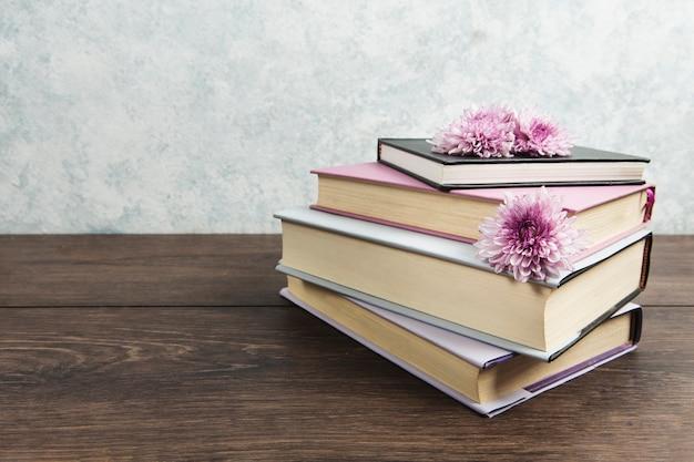 Vista frontal do arranjo de livros na mesa de madeira
