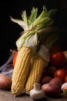 Vista frontal do arranjo de milho e vegetais de outono