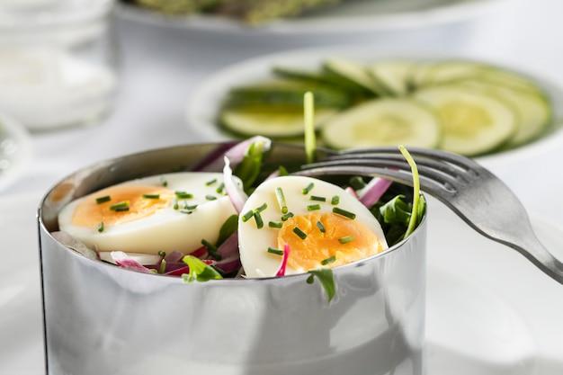 Vista frontal do arranjo de saladas frescas