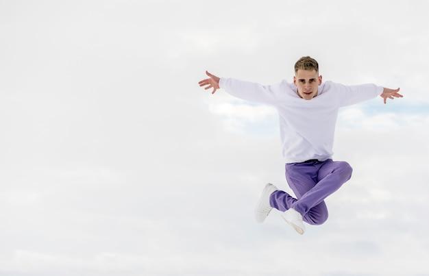 Vista frontal do artista de hip-hop posando enquanto dança