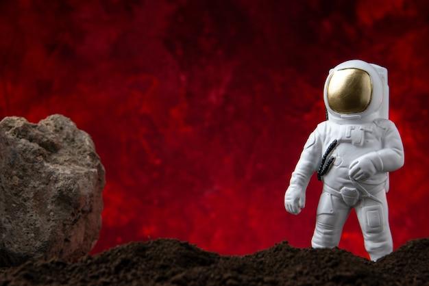 Vista frontal do astronauta branco em uma lua na ficção científica vermelha
