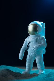 Vista frontal do astronauta branco na lua negra