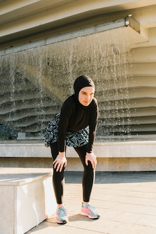 Vista frontal do atleta usando hijab
