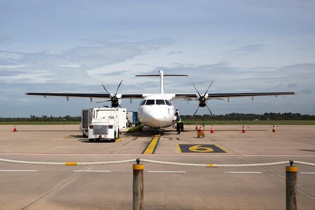 Vista frontal do avião com passageiros a bordo.
