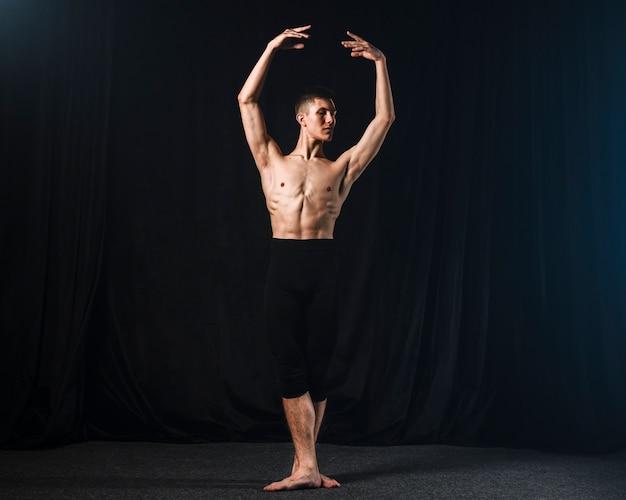 Vista frontal do bailarino em meia-calça posando