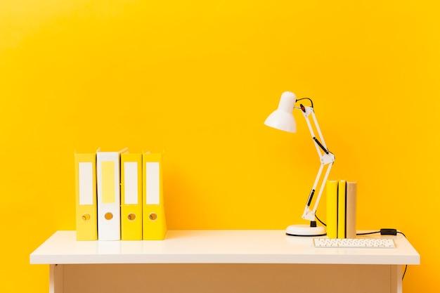 Vista frontal do balcão de negócios amarelo Foto Premium