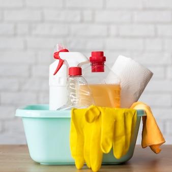 Vista frontal do balde com soluções de limpeza e luvas