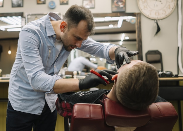 Vista frontal do barbeiro shopconcept