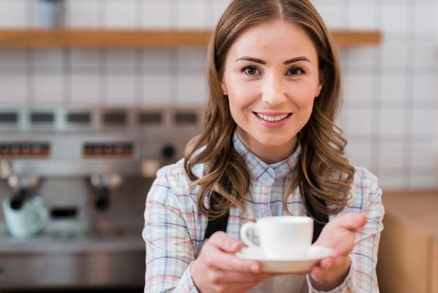 Vista frontal do barista bonito com café
