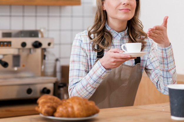 Vista frontal do barista com café