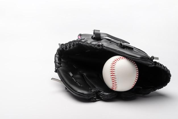 Vista frontal do beisebol na luva com espaço de cópia