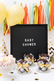 Vista frontal do belo conceito de chuveiro de bebê