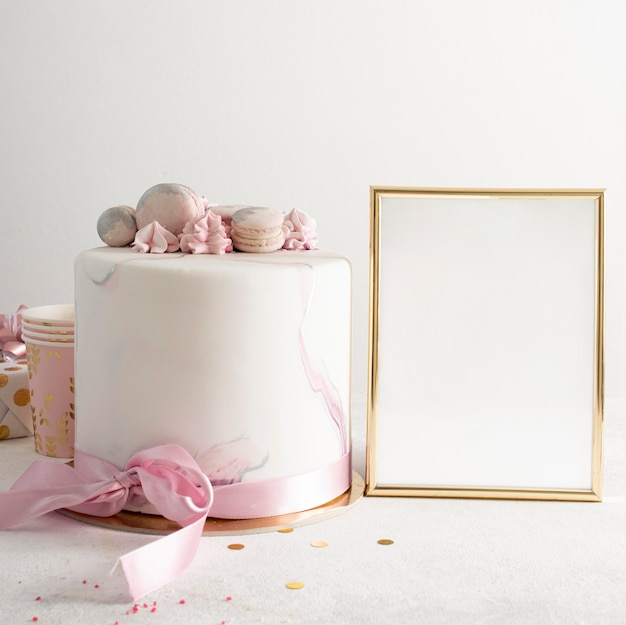 Vista frontal do bolo birthady com espaço de cópia