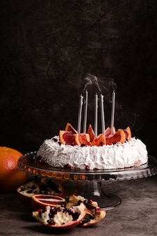 Vista frontal do bolo com frutas e velas