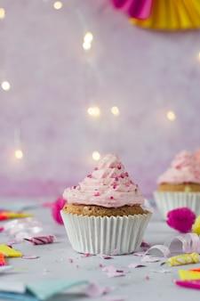 Vista frontal do bolo de aniversário com glacê e confeitos