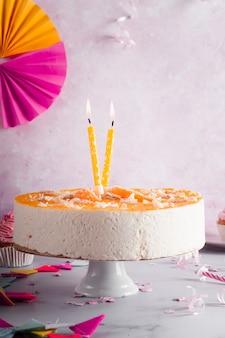 Vista frontal do bolo de aniversário com velas acesas
